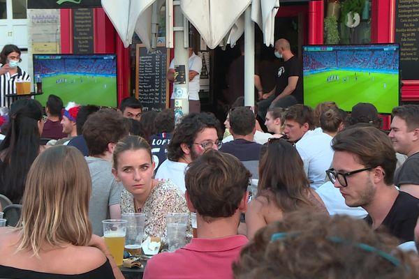 Des supporters français regardent le match de l'équipe de France face à l'Allemagne (1-0) au Vieux-Port de Marseille pendant l'Euro 2020.
