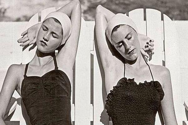 """""""Louise Dahl-Wolfe, l'élégance en continu"""" : jumelles à la plage Nasáu, Bahamas, 1949."""