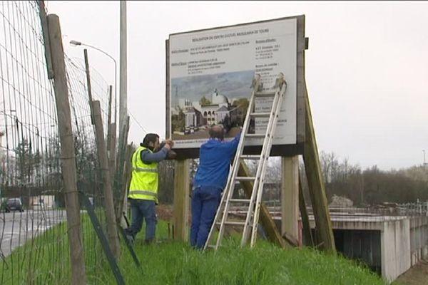Installation du panneau pour le nouveau chantier de la mosquée de Tours