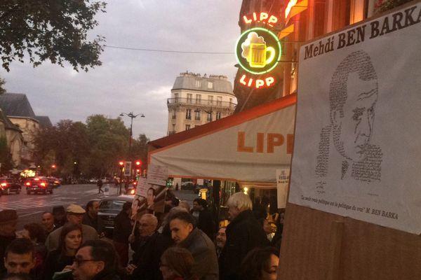 Des dizaines de personnes sont rassemblées devant la Brasserie Lipp
