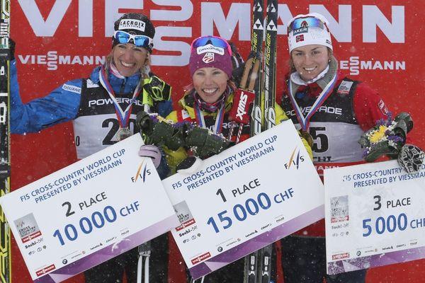 A gauche sur le podium, combinaison bleu, la skieuse des Rousses Aurore Jean