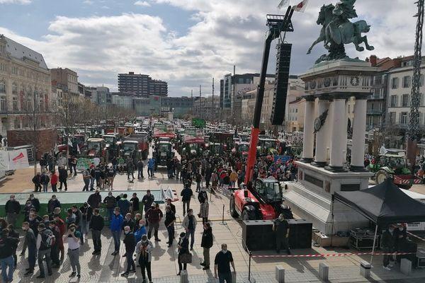 Depuis 11 heures ce jeudi 25 mars, les tracteurs d'agriculteurs en colère affluent sur la place de Jaude à Clermont-Ferrand.