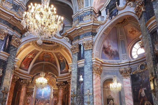 A Nice, sur le cours Saleya, découverte du flamboyant intérieur baroque de la chapelle de la Miséricorde
