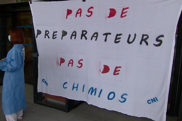 Grève des préparateurs en pharmacie du CHU de Poitiers.