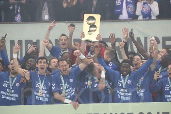 La remise du trophée de champions de France de Ligue 2 aux strasbourgeois, qui montent en Ligue 1.