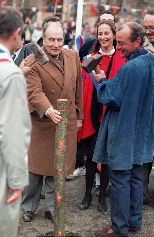 François Mitterrand aux côtés de Ségolène Royal, à Arçais dans les Deux-Sèvres le 4 février 1992.