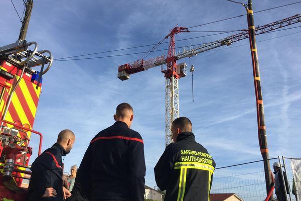 Olivier Gutierrez est monté, depuis 5h45 mercredi 6 octobre, sur cette grue de Cugnaux (Haute-Garonne), afin de dénoncer l'impossibilité de placer son fils handicapé de 24 ans.