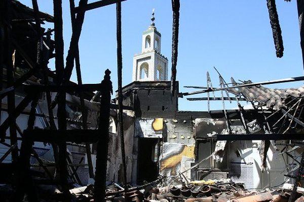 La mosquée avait été incendiée le 23 août 2015