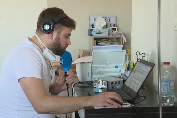 """Jean-Baptiste Marie, journaliste France Bleu Normandie Caen en """"radio travail """" à son domicile"""