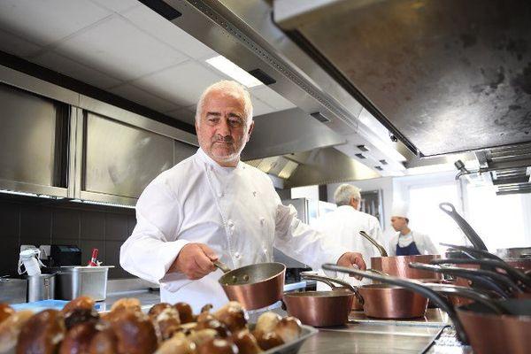 Guy Savoy en cuisine de son restaurant trois étoiles, à la Monnaie de Paris.