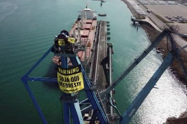 Dans le port de Sète, Greenpeace a empêché un cargo chargé de tourteaux de soja brésilien d'accoster.