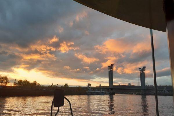 Rouen et la Seine bénéficieront d'éclaircies qui se développeront dans l'après-midi, et la journée s'achèvera dans des lumières d'automnes entre soleil et reflets.