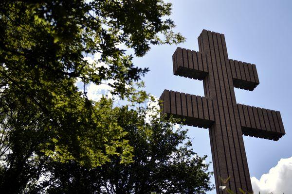 La Croix de Lorraine, haute de 44,30 m, en granit rose de Bretagne.