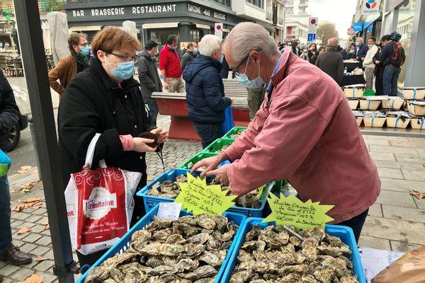 Les ostréiculteurs vendent leurs produits à Lorient, devant le magasin de Bouygues