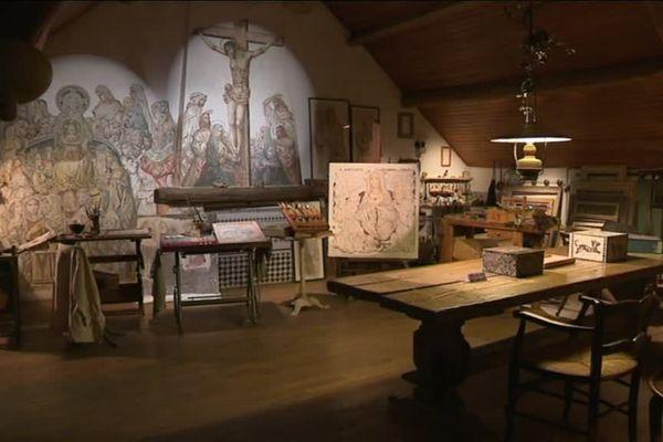 L'atelier de Léonard Foujita à Villiers-Le-Bâcle (Essonne) le thème de la crucifixion est omniprésent.