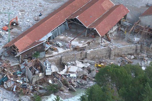 Beaucoup de bâtiments ont été dévastés par les intempéries, ici les locaux d'un artisan maçon en bordure de rivière à Saint Dalmas de Tende.
