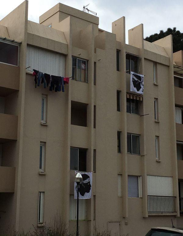 Des drapeaux corses sont placés aux fenêtres de certaines habitations dans le cadre de l'opération Isula Morta.