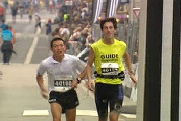 Des coureurs malvoyants accompagnés de guide ont aussi fait la course