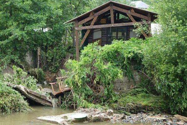 La cabane a été rongée à sa base, les murs de bétons qui la soutenait depuis longtemps ont exploqé sous la pression de l'eau boueuse, le pont a été broyé, et les rives ne ressemblent plus à rien