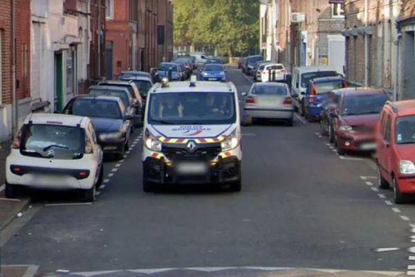 Un policier pris en photo par Google Maps dans une rue de Roubaix.
