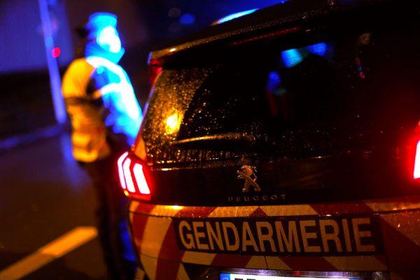 Deux jeunes majeurs ont été placés en garde à vue après un vol à l'arraché sur un couple ayant dégénéré et un conducteur de bus a été blessé en tentant de s'interposer, à La Ferney-Voltaire (Ain), a-t-on appris dimanche 24 janvier.
