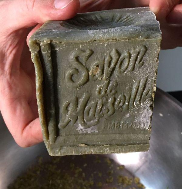 Un pain de savon de Marseille suffit pour un an, et coûte 12 euros, moins cher que les lessives classiques