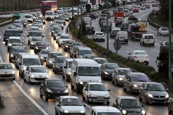 La ville souffre du trafic automobile ainsi que de la croissance rapide de celui des paquebots de croisière, très polluants.