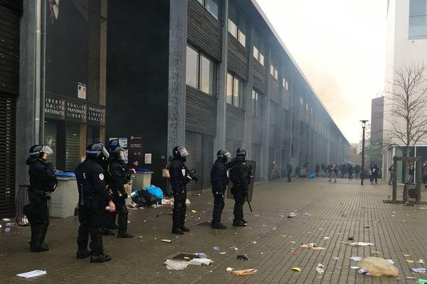 Les forces de l'ordre devant le lycée Mandela à Nantes