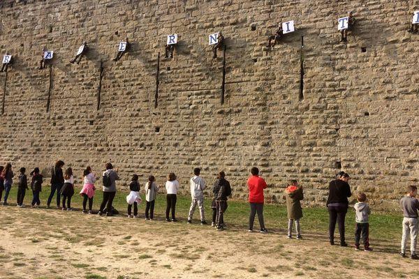 2000 personnes se tiennent la main autour de la Cité de Carcassonne pour la fraternité