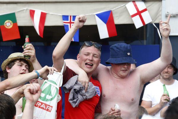 Les supporters anglais et russes sont déjà en place à quelques heures du premier match au stade Vélodrome.