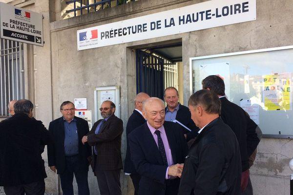 Une quinzaine de maires de Haute Loire a rencontré le préfet, mercredi 13 septembre, dans l'après-midi, pour dénoncer la suppression des emplois aidés.