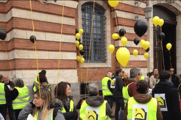 Les salariés de SoLocal devant la mairie de Toulouse