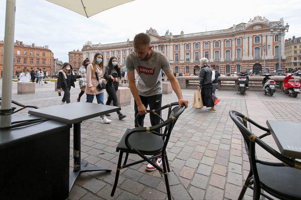 Alors même que les restaurateurs et cafetiers viennent d'être autorisés à rouvrir leurs terrasses jusqu'à 21h, l'arrêté préfectoral imposant la fermeture des terrasses à 19h ce samedi 22 mai ne passait pas auprès des cafetiers et restaurateurs du centre-ville de Toulouse. Ils ont déposé un recours en référé auprès du Tribunal administratif.