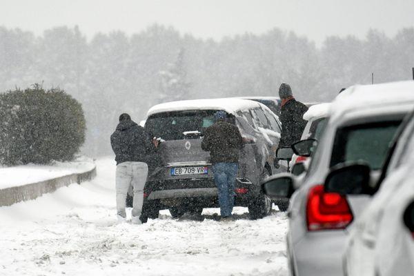L'épisode neigeux se termine dans l'Hérault et le Gard. 1.700 personnes ont été hébergées en urgence, des centaines d'automobilistes encore bloqués. Il est encore fortement déconseillé de circuler.
