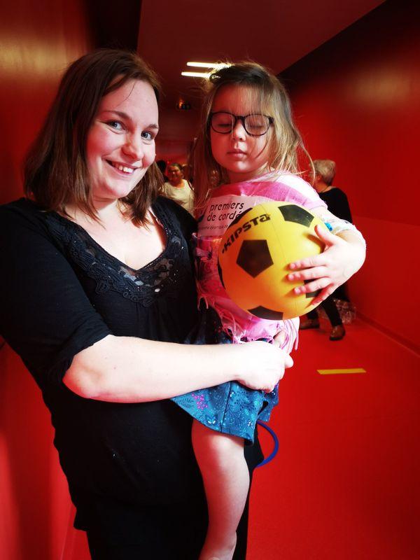 Le sourire d'une maman contente de voir sa fille sortir de sa chambre d'hôpital