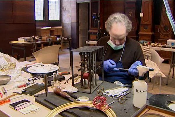 Un expert au chevet des Comtoises du musée du Temps