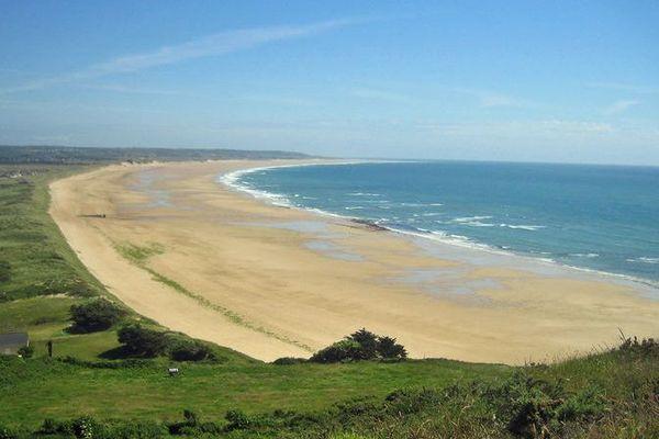 La plage de surtainville où ont été retrouvés les débris ce lundi 28 janvier, face aux îles anglo-normandes