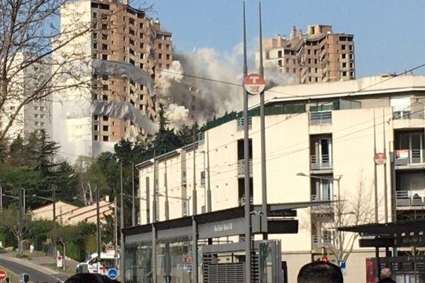 La barre Monmousseau de Vénissieux a été détruite par explosion en quelques secondes, vendredi 02 avril à 10h30.