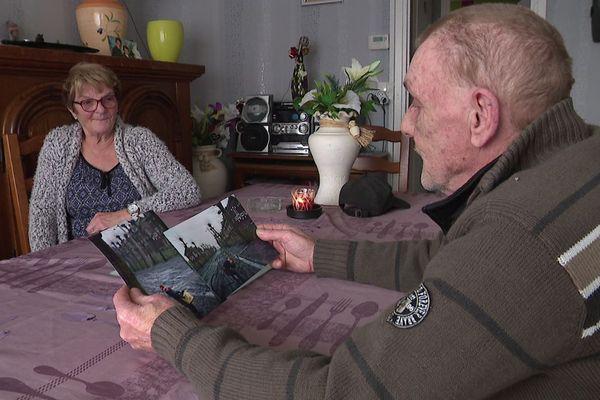 Jean-Michel Longeois, chez lui, avec sa soeur. Il regarde les photos prise de lui enfant en 1966