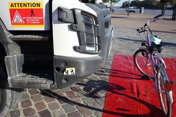 À cet endroit, le vélo est invisible pour le chauffeur du camion