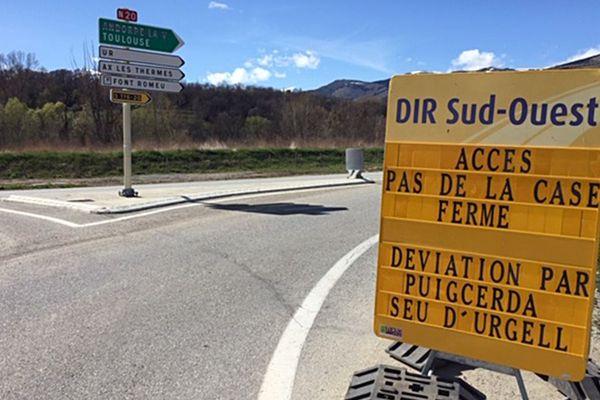 Sur ce rond point situé sur la commune de Bourg-Madame(66), un panneau indique le nouvel itinéraire pour aller en Andorre. Il faut prendre la direction de Puigcerda et Seu d'Urgell. L'accès à Andorre côté Pas-de-la-Case par la N20 et N 22 n'est plus possible suite au glissement de terrain survenu mercredi 24 avril 2019.