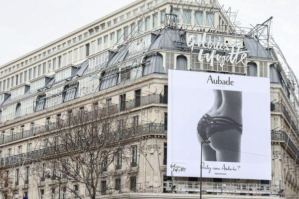 La publicité affichée devant les Galeries Lafayette, jugée sexiste, a été critiquée par l'adjointe chargée de l'égalité femmes-hommes à la mairie de Paris, Hélène Bidard.
