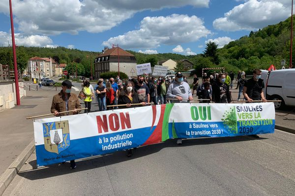 Plusieurs dizaines de manifestants ont protesté à Saulnes contre les nuisances industrielles qu'ils subissent depuis de nombreux mois.