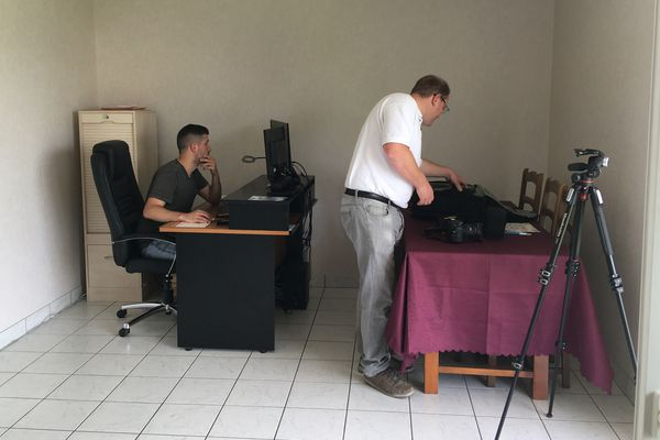 Florentin vérifie et publie les prévisions météo, Ludovic prépare le matériel photo.
