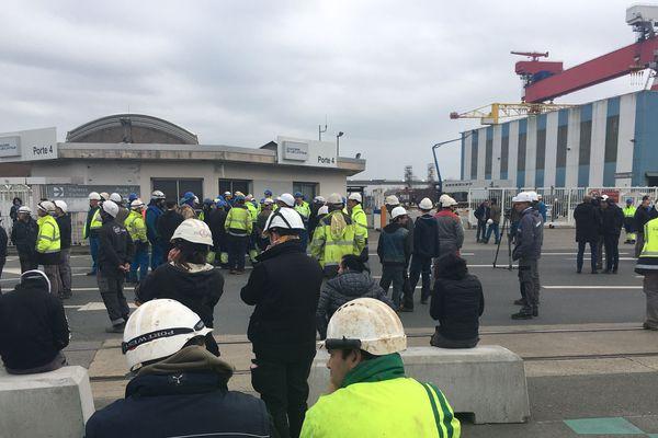 17 mars 2020, porte 4 des Chantiers de l'Atlantique. Des centaines de salariés refusent d'aller travailler. Le gouvernement a décidé du confinement général à partir de 12h. Les négociations commencent.