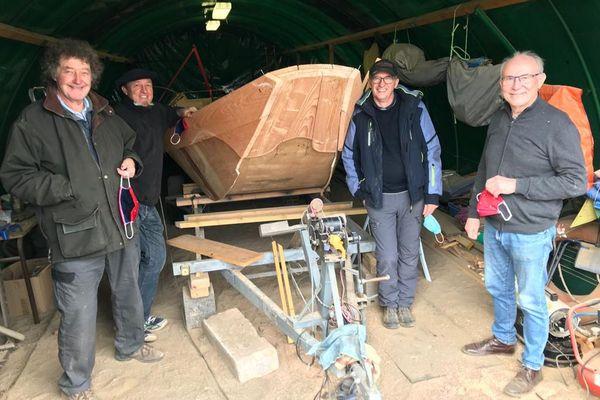 Cinq habitants de l'Allier se sont lancés le défi un peu fou de construire un fûtreau, un bateau à fond plat.