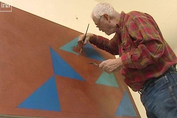 Jean Zuber en train de peindre dans sa maison de Noyer (Cher)