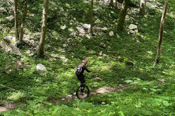 Les pratiquants aguerris peuvent rouler sur des petits chemins de forêt.