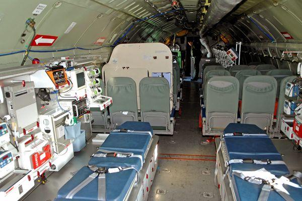L'intérieur d'un avion militaire avec l'équipement médical Morphée C135