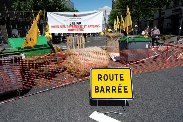Action de la Confédération paysanne, le 27 mai 2021 à Paris pour une PAC de l'emploi.